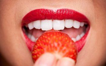 Liệu pháp đơn giản với việc làm trắng răng bằng trái cây